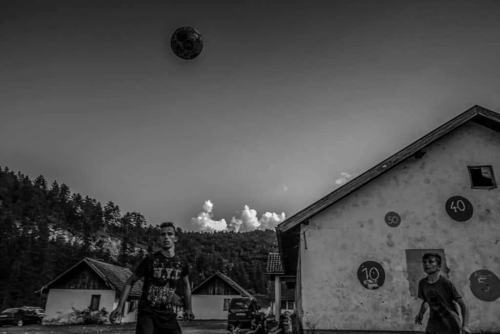 Många av barnen som vuxit upp i flyktingläger efter Bosnienkriget förlorade sin pappa och andra släktingar under kriget. Nu lever de under fattiga förhållanden och i ett utanförskap.